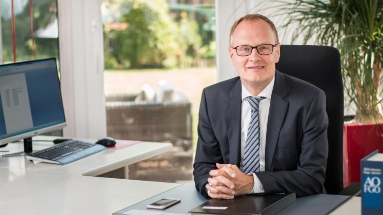 Steuerberater Boeck, Portrait vom Herrn Wolfgang Boeck im Büro am Streibtisch
